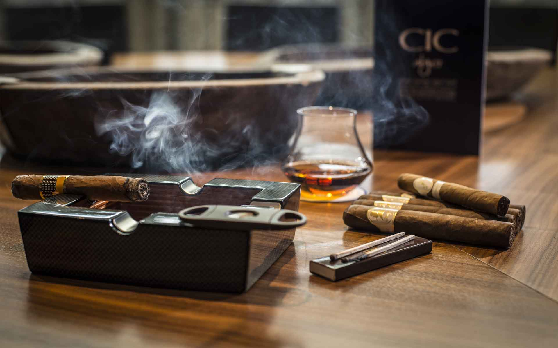 le-crepuscule-cigares-lounge-table-whiskey